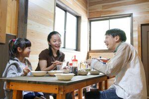 家族で食卓を囲むコテージのリビング