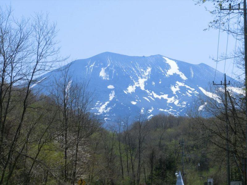春の訪れになる浅間山の残り雪